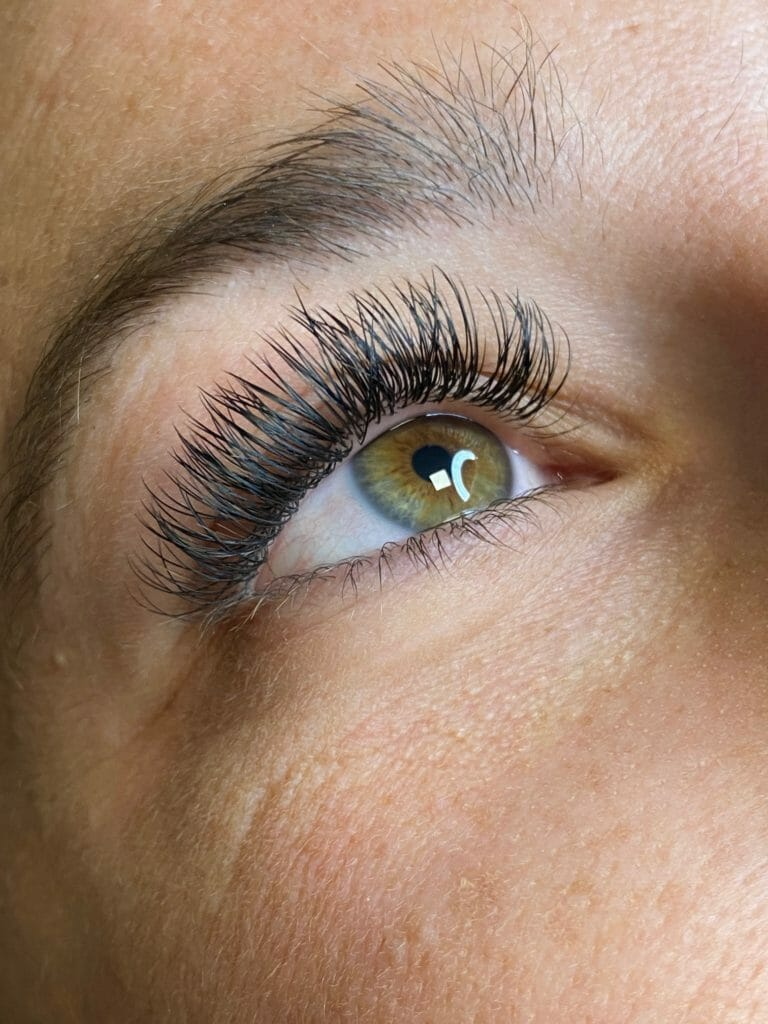 Lash Extension Reactions 101: The Difference Between ...